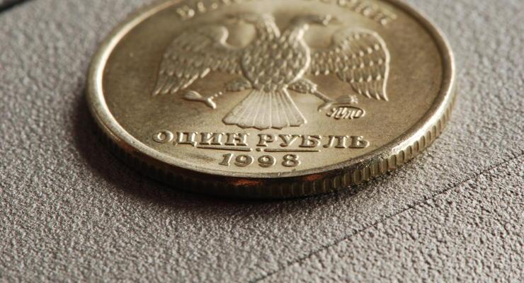 Российский рубль девальвировал вслед за падением цен на нефть