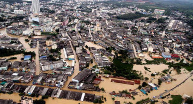 Тонущий Бангкок покидают местные жители и туристы