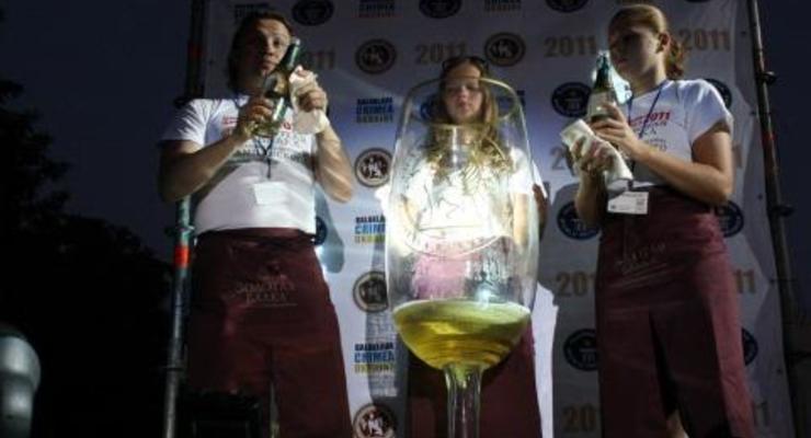 В Крыму наполнили шампанским самый большой в мире бокал