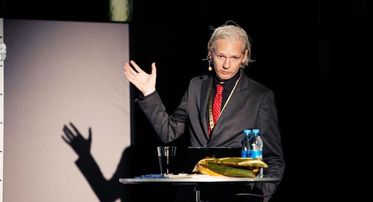 Основатель сайта WikiLeaks осудил действия платежных систем