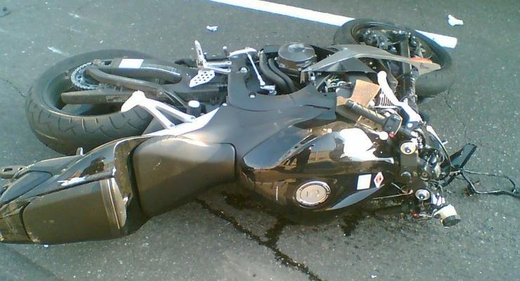 На Майдане мотоциклист сбил пешехода на костылях