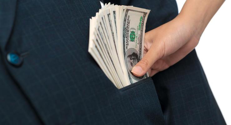 Стало известно, кому украинцы чаще всего дают взятки