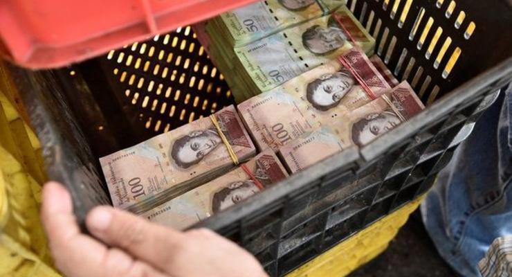 Весы вместо кассы: в магазинах Венесуэлы начали взвешивать деньги