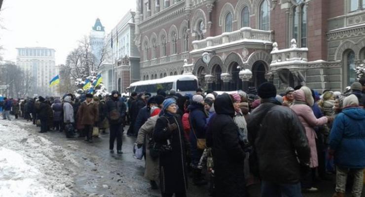 Под зданием НБУ снова собрались митингующие