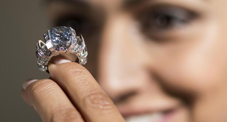 Редкий голубой бриллиант продали на аукционе за 17 миллионов долларов