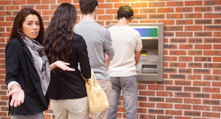 Украинцы начали жаловаться на активное блокирование банковских карт