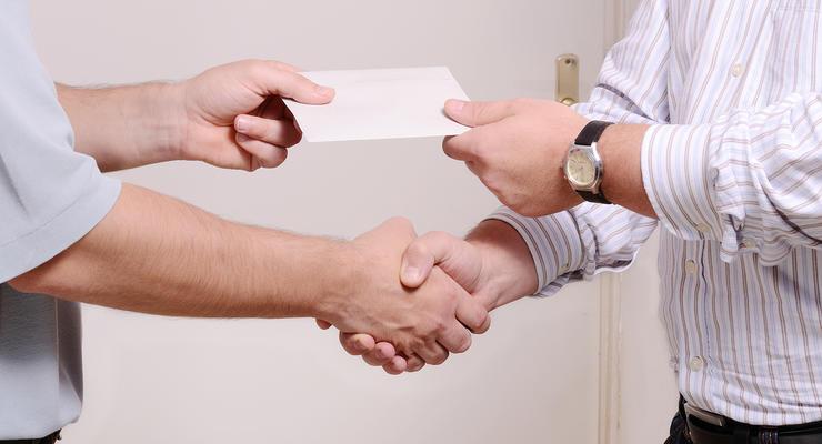 Стало известно, сколько украинцев получают зарплату в конвертах