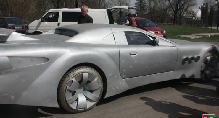 Автомобиль немного напоминает напоминает Mercedes SLR McLaren