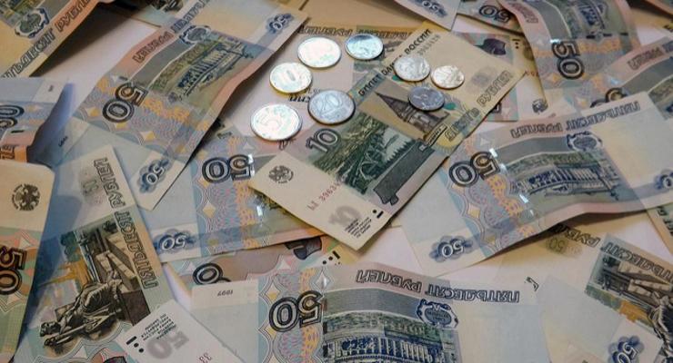 Курс рубля падает на фоне обвала на рынке нефти накануне
