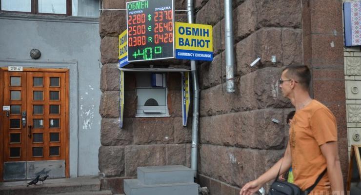Украинцы начали избавляться от валюты