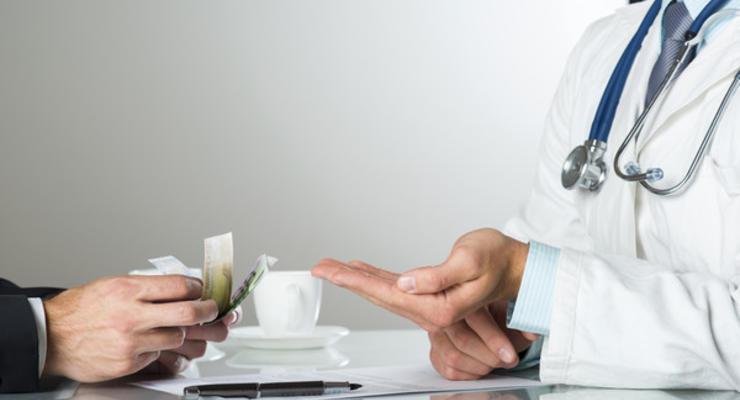 Стало известно, как за год изменились размеры взяток в больницах и ВУЗах
