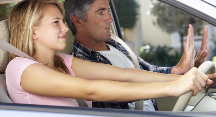 Быстро и дешево: в МВД назвали цены на получение прав и регистрацию авто