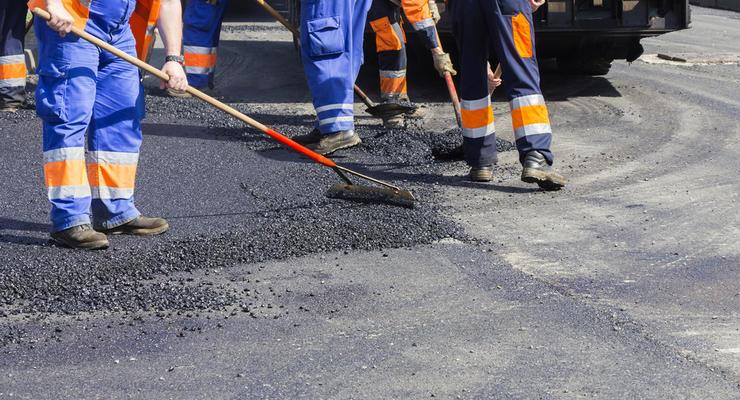 Глава предприятия под Киевом присвоил часть денег на дороги