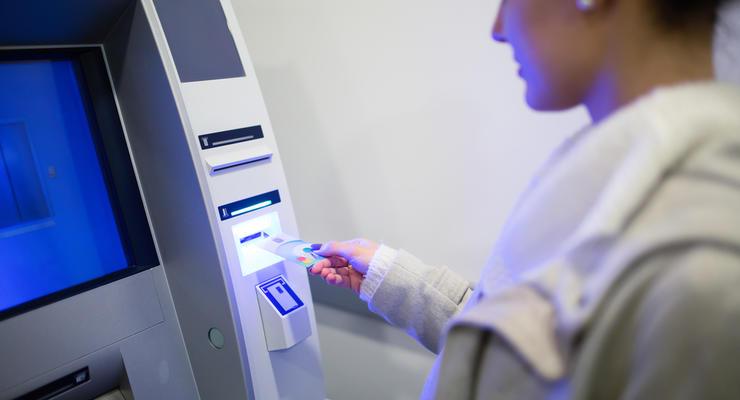 Зарплату - через карты: Как организовать начисление зарплат сотрудников на банковскую карту