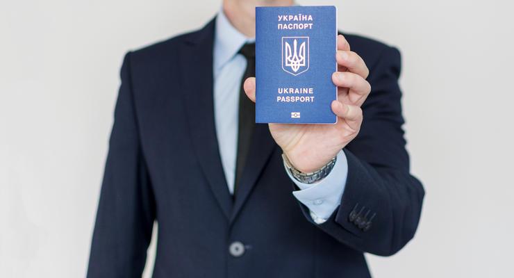 Украинцев обяжут сменить паспорта-книжки на ID-карточки