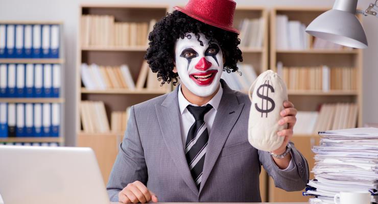 Кассир запомнил данные чужих кредиток и рассчитывался ими