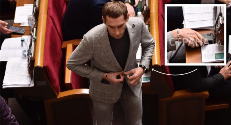"""Нардеп из """"Слуги народа"""" принес в Раду первый iPhоnе 11"""