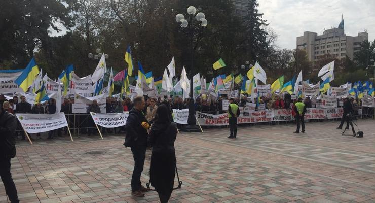 """Не продавайте Родину"": Под ВР аграрии протестуют против продажи земли иностранцам"