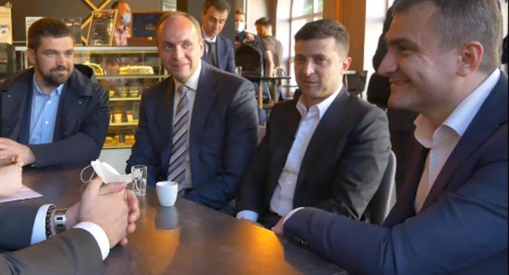 Кофе за 17 тысяч: Всех спутников Зеленского в кафе на карантине оштрафовали