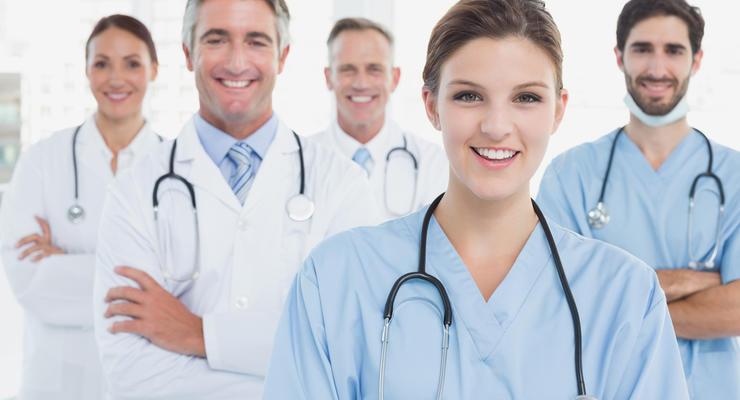 Кабмин утвердил повышение зарплат медикам: Сколько доплатят