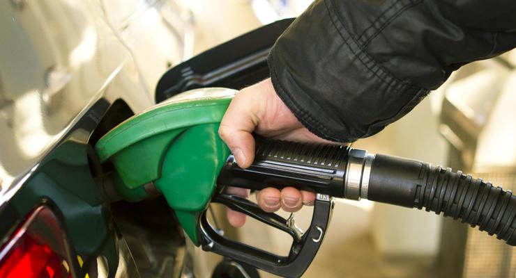 Эксперты: Из-за курса доллара взлетают цены на бензин