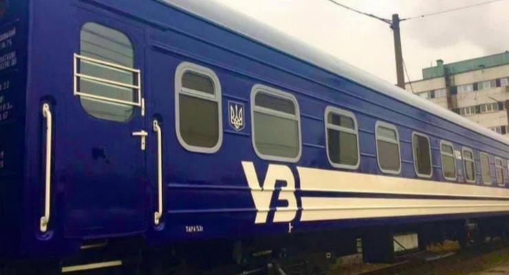 """Сменить цвета: """"Укрзализныця"""" перекрасит пассажирские вагоны"""