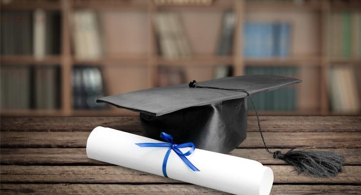 Красные дипломы не вернут, но им есть альтернатива - МОН
