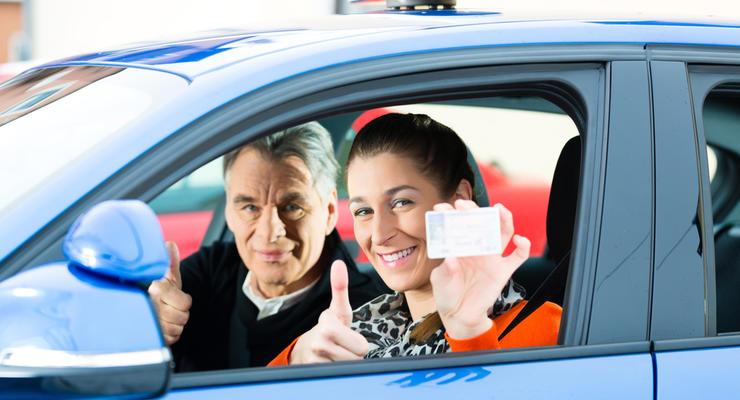 Электронные водительские права в Украине приравняли к бумажным