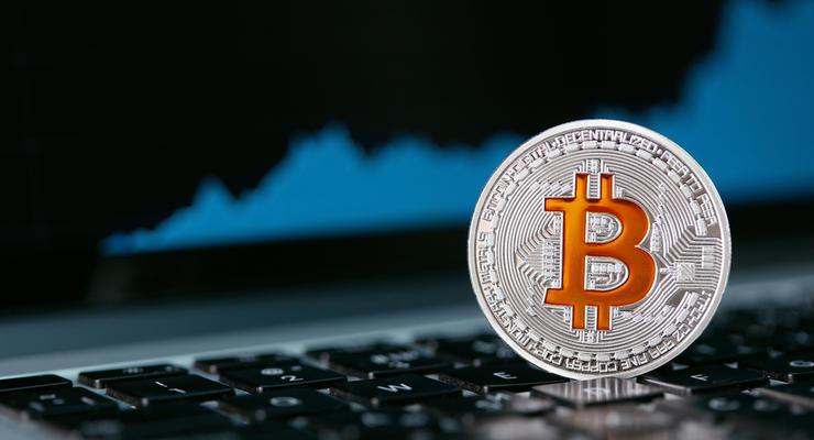 Цена на биткоин стремительно упала после максимального подорожания