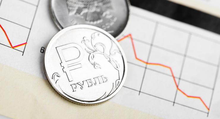 Российский рубль покатился вниз на фоне роста напряжения на украинской границе – СМИ