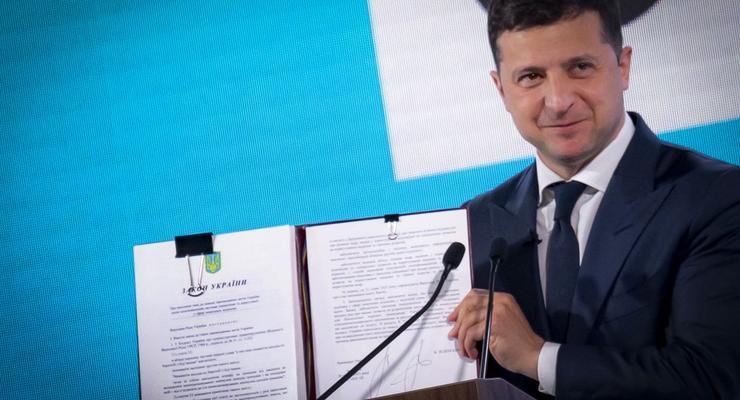 """""""Торговать землей смогут только украинцы"""": Зеленский подписал закон"""