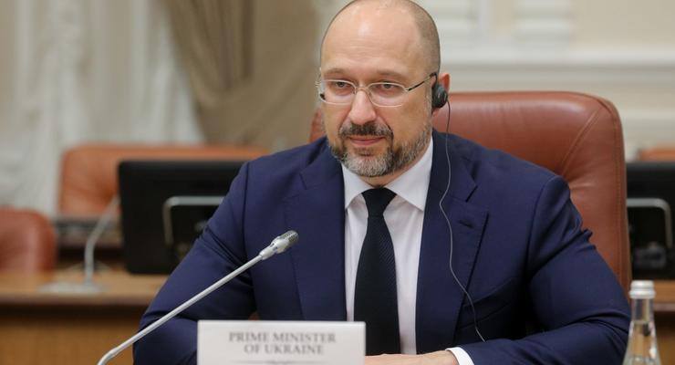 Шмыгаль поручил местным властям погасить долги по зарплатам украинцам