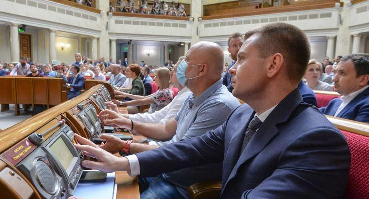 Рада одобрила бюджетную декларацию на 3 года: Что будет с пенсиями и зарплатами