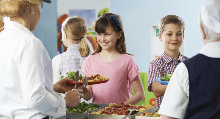 Деньги на полезную еду: Кабмин выделил 400 млн грн на реформу школьного питания