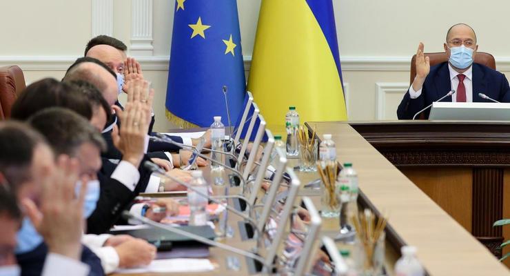 Сколько заработали украинские министры в августе: Инфографика